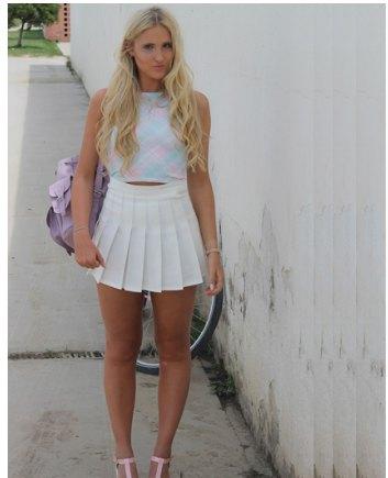 kort topp med blå ståkrage och vit mini-veckad kjol