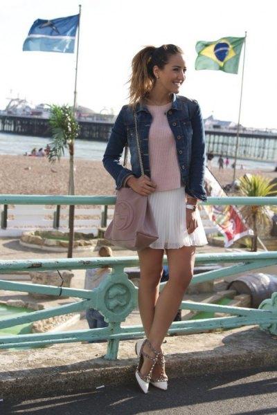 grå tröja med jeansjacka och vit mini-chiffong veckad kjol