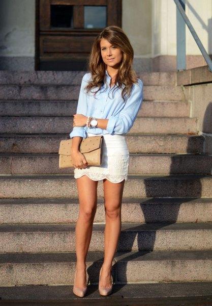 ljusblå skjorta med knappar och vit minikjol med kantad fåll