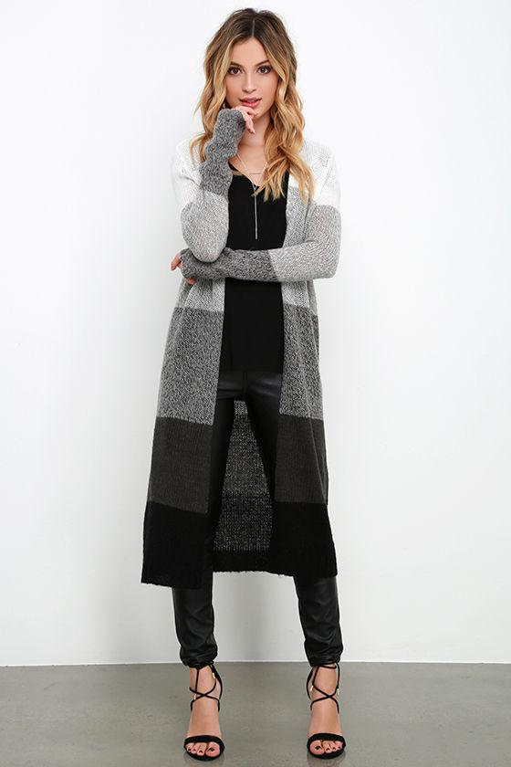 grå färg svart långstickad tröja