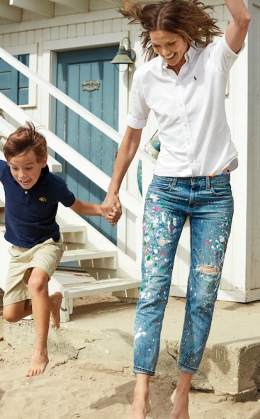 vit skjorta med knappar och blå skinny jeans med manschetter