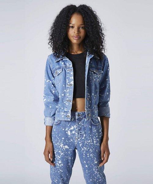 blå jeansjacka med en mörkblå, förkortad tröja