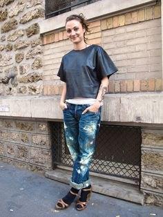 grå t-shirt med vida ärmar och låga jeans med färgstänk