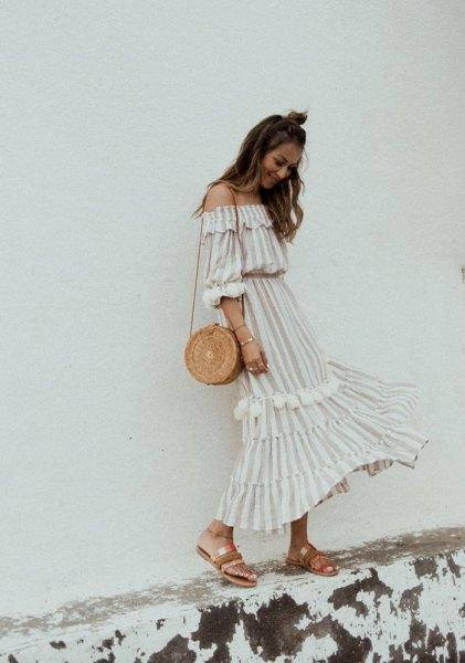 vit och ljusrosa randig lång klänning med axelband
