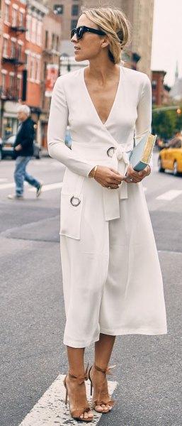 vit midiklänning med djup V-ringning och bälte