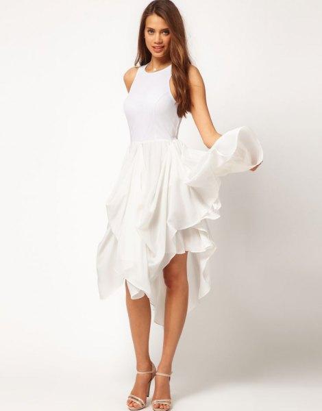 lång klänning med vita volanger och klackar med öppen tå