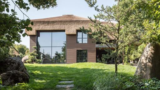 Ett halmtakshus som blandar ukrainska och japanska.
