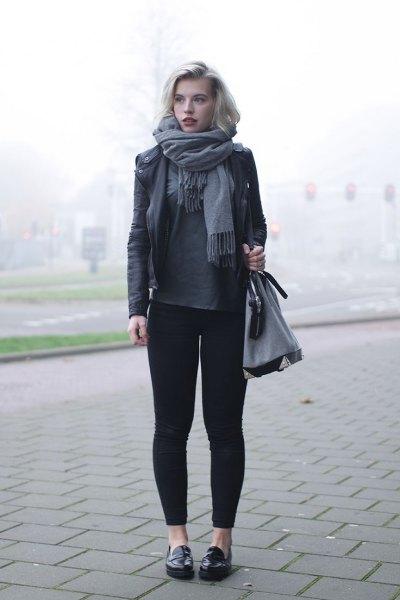 svart läderjacka grå leggings tofflor