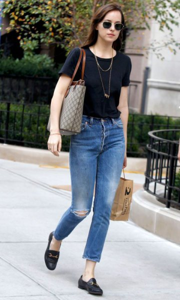 svart t-shirt jeans toffel