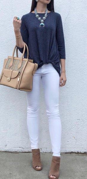mörkgrå trefjärdedeltopp med vita jeans och stövlar med öppen tå