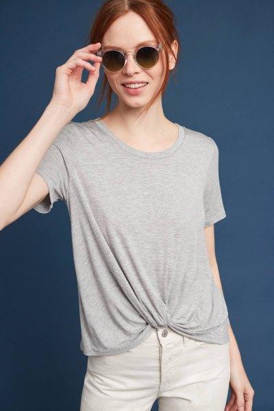 grå twist-t-shirt med vita jeans