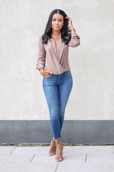 grå chiffong långärmad topp med V-ringning och blå jeans