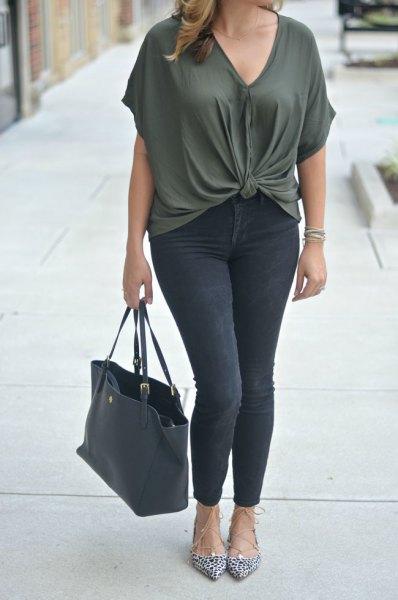 mörkgrå knuten topp med V-ringning och svarta skinny jeans