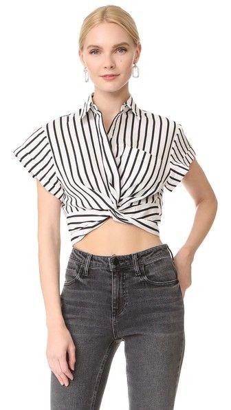kortklippt svartvitt topp med kepsärmar och grå jeans