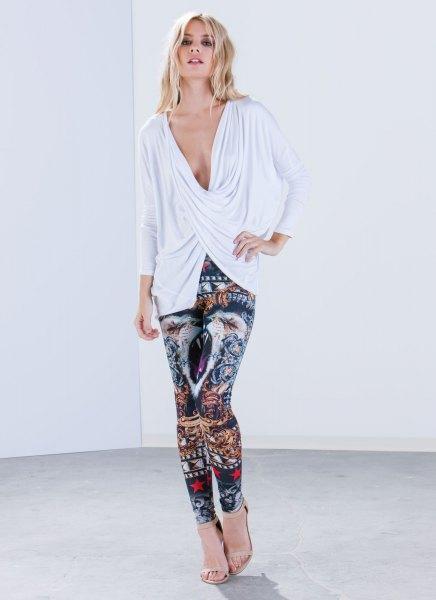vit, djupärmad, långärmad topp med V-ringning och leggings med stamtryck