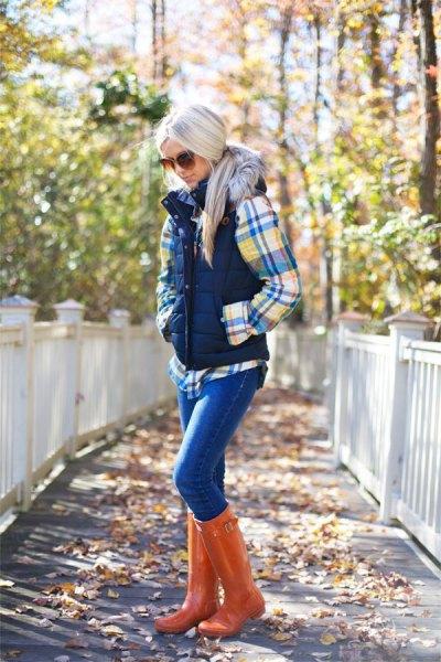Rutig skjorta med pufferväst och knähöga stövlar i orange läder