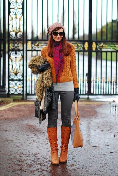 orange kabelstickad tröja med matchande knähöga stövlar