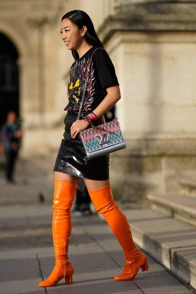 svart t-shirt och läder kjol med overknee stövlar i orange läder