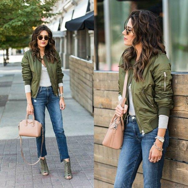 grön flygjacka med grå långärmad T-shirt och korta jeans