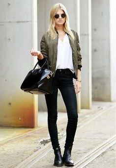Bomberjacka med vit V-ringad t-shirt och svarta skinny jeans