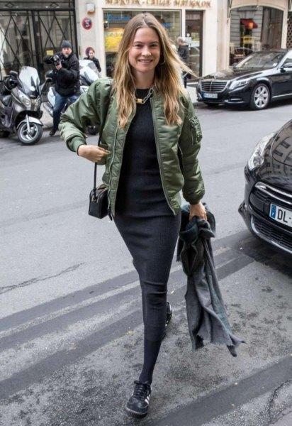 grön, halvblank flygjacka med svart midi shift-klänning