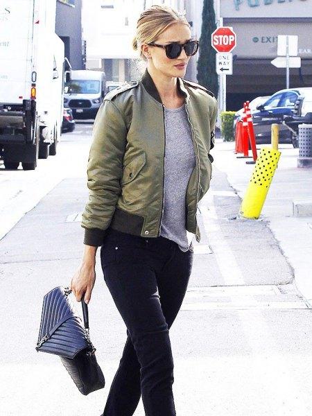 Aviatorjacka med grå t-shirt och svarta slim fit-jeans