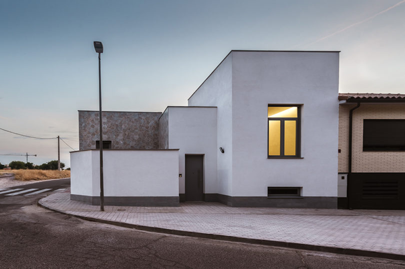 Ett ljust hus i Toledo, Spanien där uteplatser har adel.