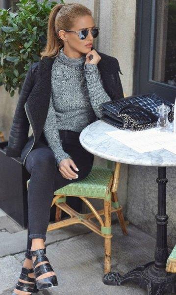 ljunggrå tröja med svart skinnjacka och smala jeans