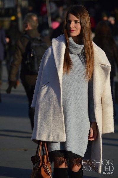 vit ullrock med grå turtleneck-klänning