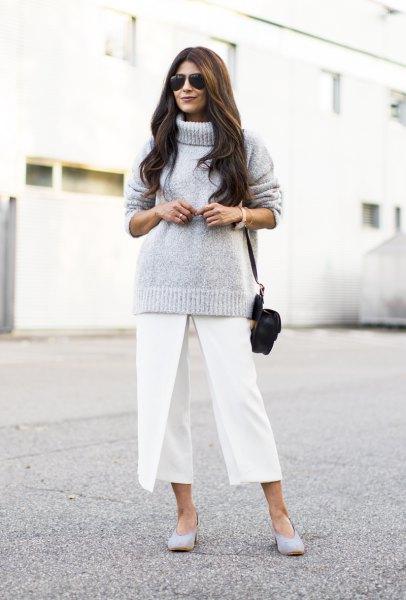 grå stickad tröja med polotröja och vita, beskurna byxor med vida ben