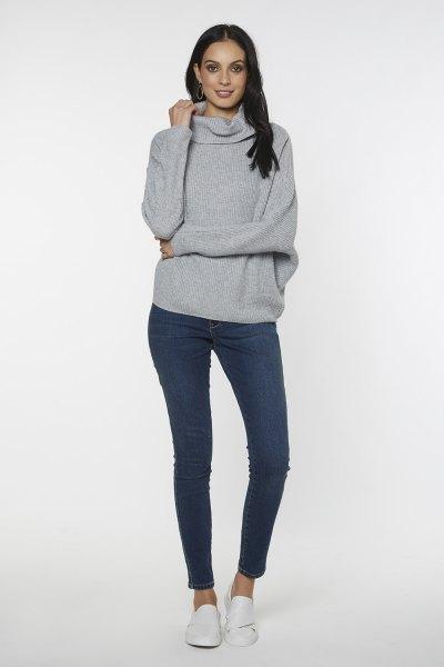 grå överdimensionerad tröja med turtleneck och mörkblå skinny jeans