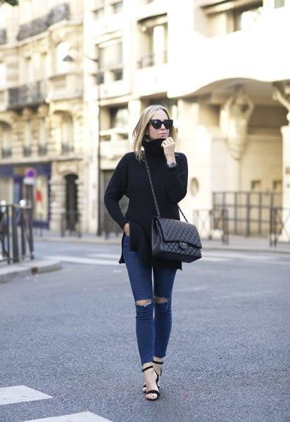 svart tröjahalsstreckad tröja med mörkblå, sönderrivna, smala jeans