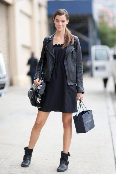 Läderkavaj med en axelbandslös, svart utsvängd miniklänning