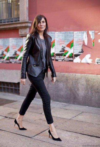 Läderkavaj med en grå T-shirt och svarta skinny jeans