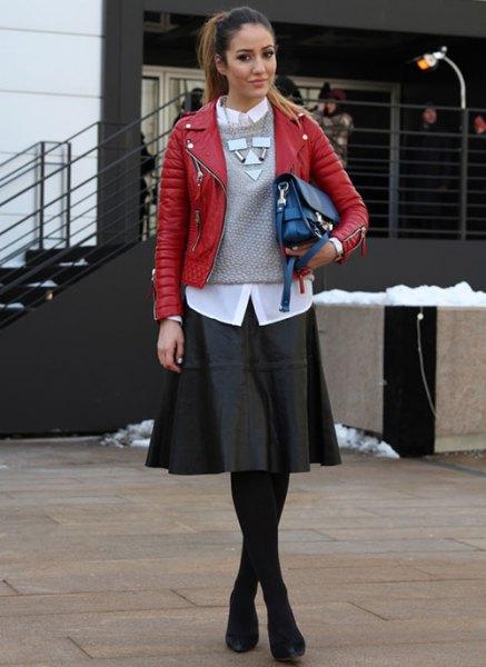 röd läderjacka med grå stickad tröja och svart skaterklänning