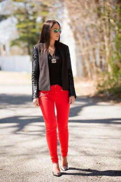svart läderkavaj med röda skinny jeans