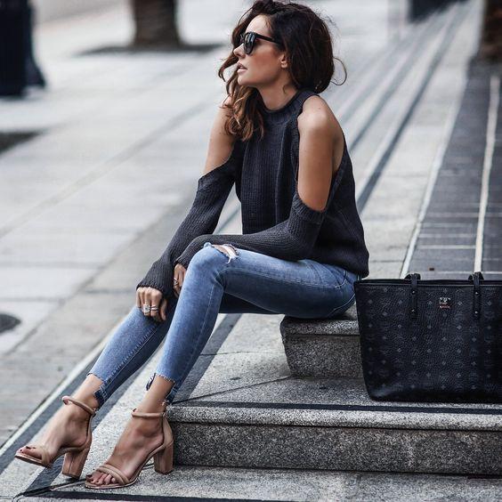 Nakna sandaler med en öppen tröja