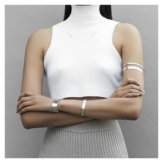 Överarm med armband i silver manschett