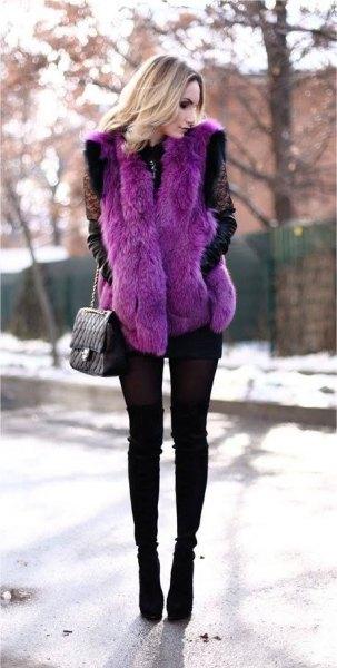 lila fuskpälsväst med svarta skinny jeans