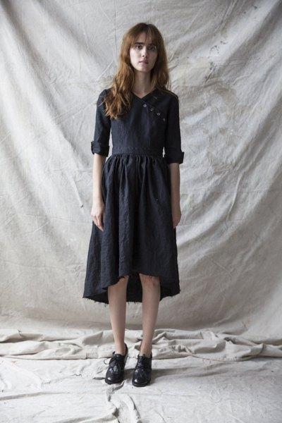svart midiklänning med lågt linne