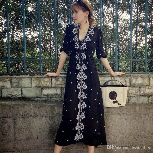 svart midiklänning med blommaknapp fram