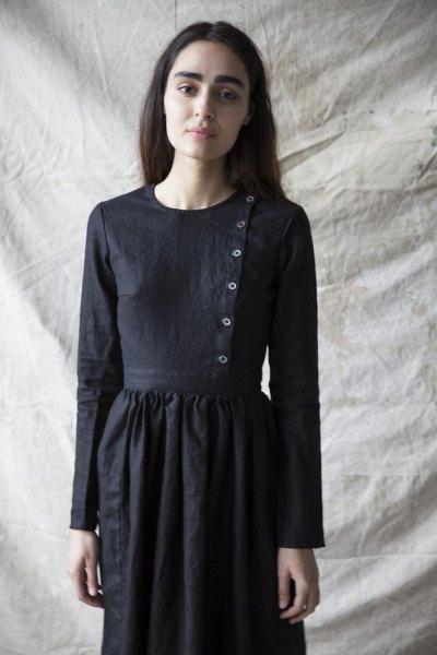 luftig klänning i linne med en svart knapp på framsidan