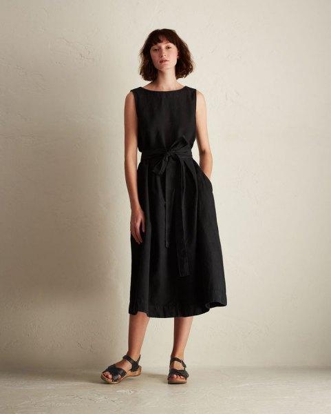 svart ärmlös midiklänning i linne med bälte