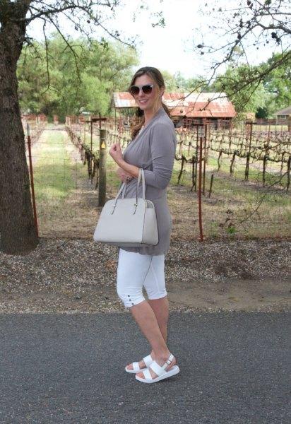 grå tunika långärmad t-shirt med vita sandaler