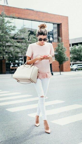 ljusrosa t-shirt med volangfåll och vita capri-leggings