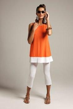 Ärmlös topp i orange-färgad tunika med vita capri-leggings