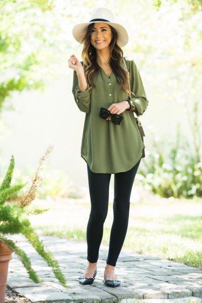 grön tunikablus i chiffong med knappar och svarta leggings