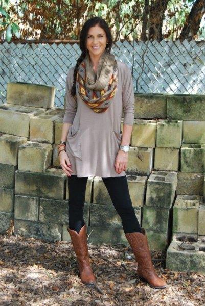 grå, elegant tunikatopp med leggings och knähöga stövlar i brunt läder
