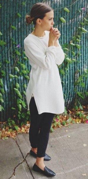 vit, ribbad tunikatröja med rund halsringning och svarta läderskor
