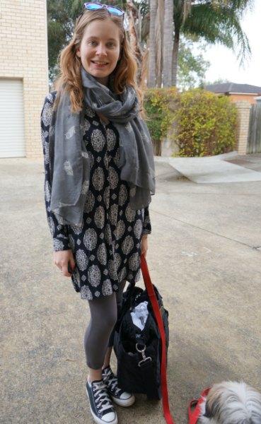 elegant tunikatopp med stamtryck i svartvitt och grått halsduk